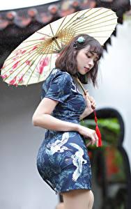Картинки Азиаты Платье Зонтик молодая женщина