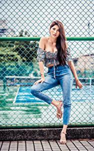 Обои для рабочего стола Азиаты Забором Поза Джинсов Блузка Смотрит молодые женщины
