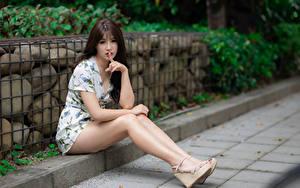 Фотография Азиатка Пальцы Жест Сидит Ноги Платье Смотрит Шатенки девушка