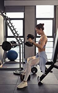 Фото Азиатка Фитнес Сидит Тренируется Гантели спортивные Девушки