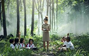 Картинка Азиатки Тумане Сидящие Мальчик Девочка