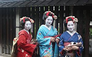 Картинка Азиатки Втроем Кимоно Мейкап Смотрит Японский Geisha девушка