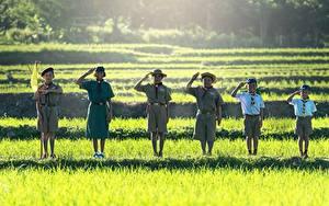 Фотография Азиатки Трава Мальчики Девочки Шляпе Флаг Улыбка Униформа Шорты Скауты