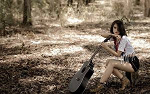 Картинка Азиатки Гитары Брюнеток Шорт Сидящие девушка