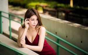 Обои Азиаты Руки Платье Шатенки Размытый фон Декольте Девушки