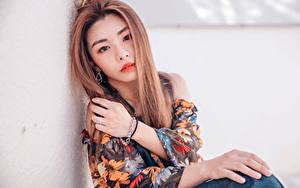 Фотография Азиатка Рука Мейкап Смотрят Волосы молодые женщины