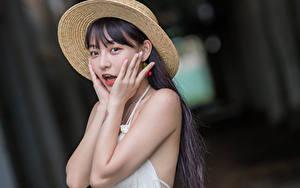 Обои Азиатки Шляпа Руки Удивлен Взгляд Размытый фон молодые женщины