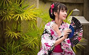 Фото Азиатка Брюнеток Улыбается Руки Веер Кимоно Japanese Девушки