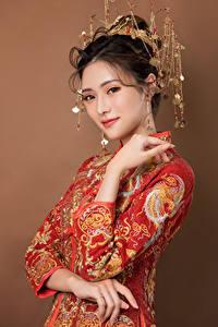 Картинка Азиаты Украшения Платья Руки Взгляд