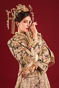 Фотография Азиатки Украшения Рука Взгляд Красный фон молодые женщины