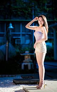 Картинка Азиаты Ног Шорт Рука Взгляд молодые женщины