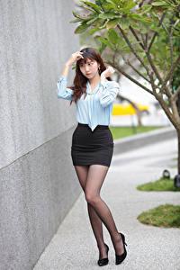 Картинки Азиаты Ноги Юбка Блузка молодая женщина