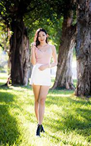 Фотография Азиаты Ног Юбки Майки Улыбка Смотрят Боке молодые женщины