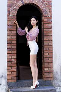 Фотография Азиатки Ноги Туфли Блузка Арки Смотрит девушка