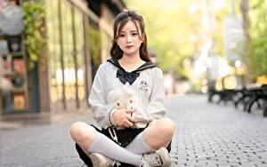 Обои Азиатка Поза лотоса Размытый фон Сидит Шатенка Ноги Гольфах Девушки