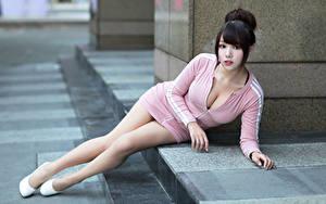 Фото Азиаты Лежа Платье Вырез на платье Ноги Смотрят Брюнетка Девушки