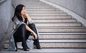 Обои Азиатка Лестница Брюнетки Сидящие Рука Ног Туфель Midoh Mikado молодая женщина