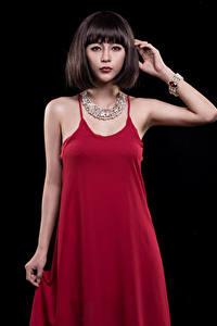 Фотография Азиатки Ожерельем На черном фоне Платья Смотрит девушка
