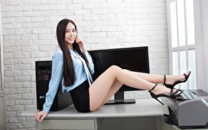 Фотография Азиатка Офис Секретарши Сидит Ноги Юбка Блузка Улыбка Взгляд Красивый девушка