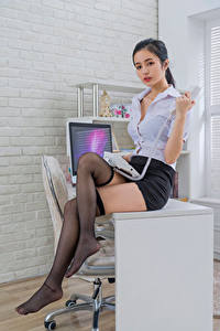 Картинки Азиатка Офис Секретарши Стола Сидя Телефона Ног Юбки Блузка Гольфах девушка