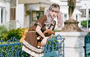 Фотография Азиатка Позирует Платье Косплей Смотрят Блондинки девушка