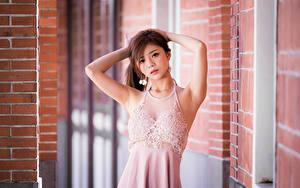 Обои Азиаты Поза Платья Руки Смотрит молодая женщина