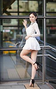Обои Азиаты Поза Платья Ног Смотрит девушка