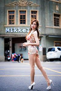 Фото Азиатки Поза Платье Ног Туфли молодая женщина