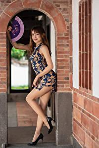 Фото Азиатки Позирует Платье Ног Туфель Веер Смотрит молодая женщина