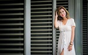 Картинка Азиаты Поза Платье Улыбка Шатенка Девушки