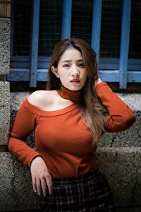 Фотография Азиатка Поза Рука Шатенки Смотрят молодая женщина