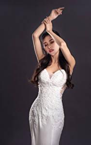 Картинка Азиатки Поза Руки Платье молодые женщины