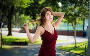 Обои Азиатки Позирует Рука Платья Шатенки девушка