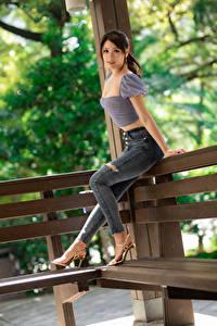 Фото Азиатка Поза Джинсов Блузка Смотрит молодая женщина