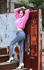 Фото Азиатки Поза Джинсы Свитере Смотрят Туфли молодые женщины