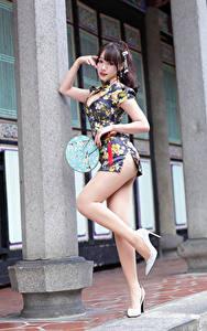Фотографии Азиаты Поза Ног Платье Веер Смотрят Девушки
