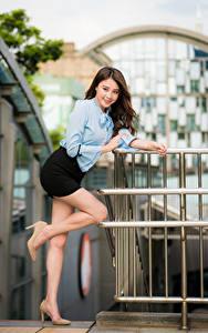 Картинки Азиаты Поза Ноги Юбка Блузка Улыбается Взгляд Размытый фон молодая женщина