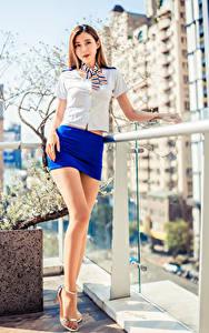 Фото Азиатки Позирует Ног Юбки Смотрят Девушки