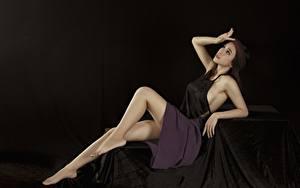 Обои Азиатки Поза Ноги Юбки Рука Черный фон молодые женщины