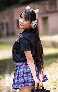Фотографии Азиаты Позирует Школьницы Униформа Наушники Взгляд Девушки