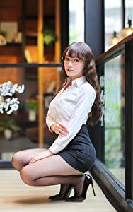 Фотографии Азиаты Поза Сидя Юбке Блузка Очков Смотрят девушка