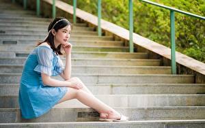 Фотография Азиатки Позирует Сидящие Лестницы Платья Шатенки Ног