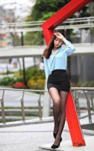 Фотографии Азиаты Позирует Юбка Блузка Ноги молодые женщины