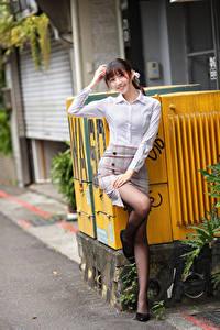 Фотографии Азиатки Позирует Улыбается Ног девушка