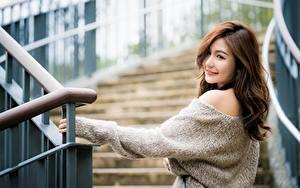 Фотографии Азиаты Позирует Лестница Шатенки Милые Свитер девушка