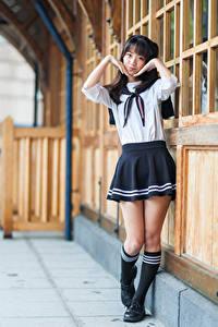 Фотографии Азиаты Поза Униформа Ног Взгляд Школьницы девушка