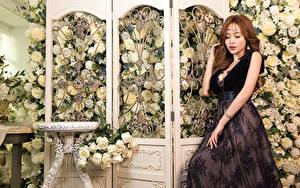 Картинки Азиаты Роза Платье Руки девушка Цветы
