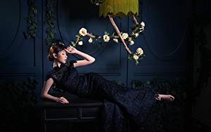 Обои для рабочего стола Азиатки Роза Лежит Платье девушка