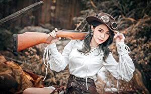 Картинка Азиатки Ружьё Старинные Косплей Охоте Шляпы Очках Рука Взгляд Размытый фон Lin Jiayi девушка
