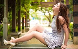 Картинка Азиатка Сбоку Шатенки Боке Платья Сидящие Ноги Туфлях